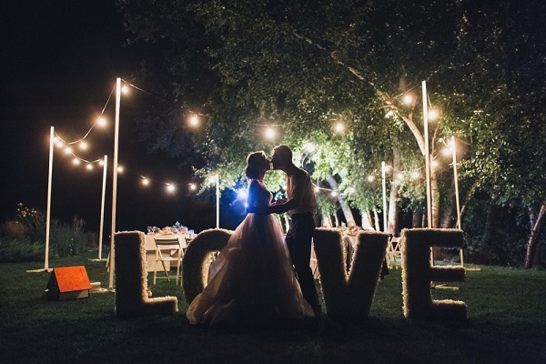 Egyedi fénydekoráció esküvőkre